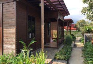 villa rumah kayu batu malang